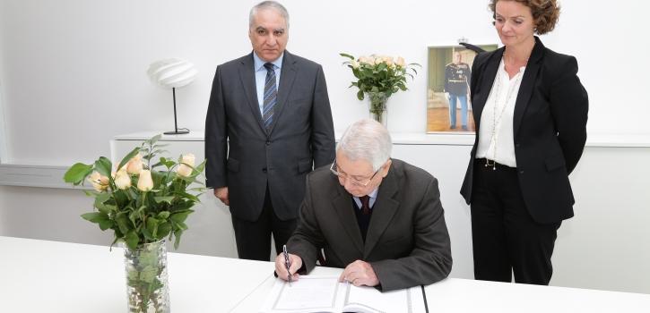 بن صالح يوقع على سجل التعازي بسفارة الدانمارك