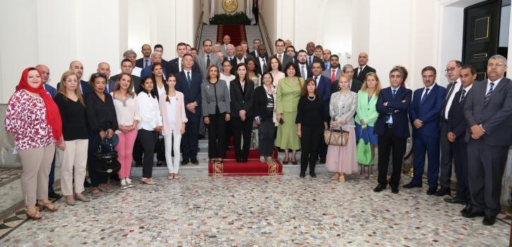 مجموعة من الدبلوماسيين الأجانب في زيارة للمجلس