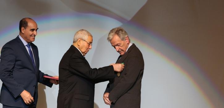 ممثلا لفخامة رئيس الجمهورية ، رئيس مجلس الأمة يسلم وسام الإستحقاق للمخرج كوستا غافراس